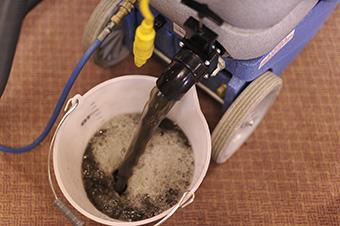 カーペットクリーニング後の汚水