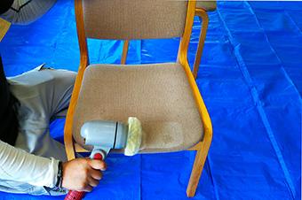 椅子クリーニング中