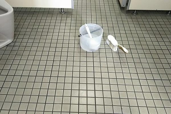 トイレ床清掃中 洗剤の塗布