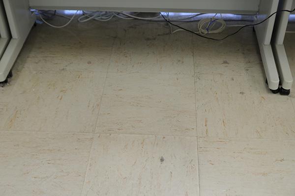 オフィス 机の下の汚れ