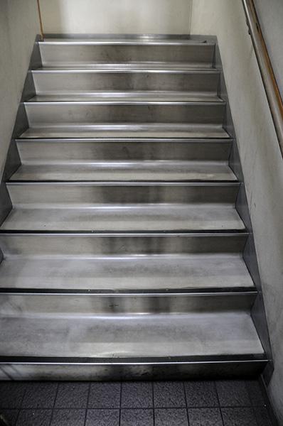 油汚れで真っ黒な階段 床清掃前