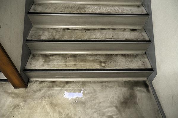 階段 床掃除中 床クリーニング中
