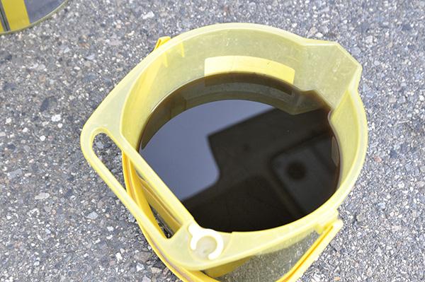 天井エアコンクリーニング 回収した汚水