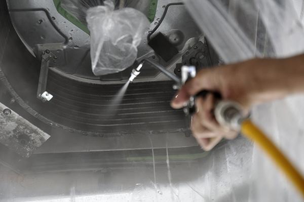 天井エアコンクリーニング中