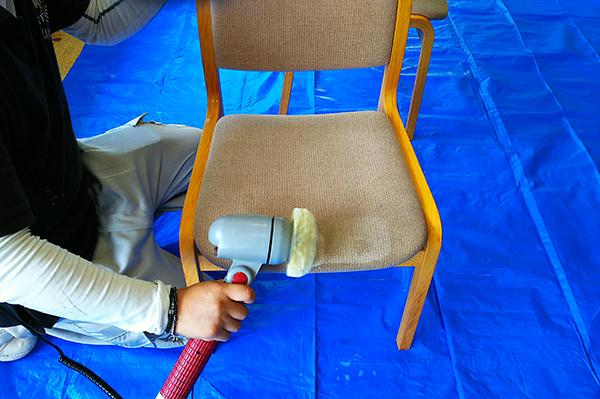 食堂椅子クリーニング ブラッシング中