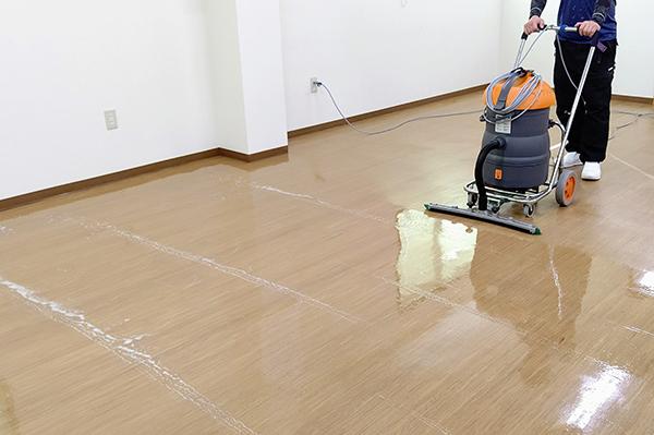 床洗浄中。ウエットバキュームにて汚水を回収