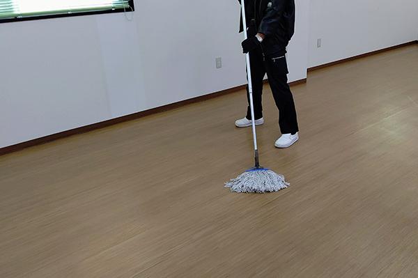 床清掃中。モップで拭き上げ