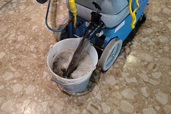 カーペットクリーニング後、回収した汚水