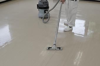 床清掃 ウエットバキュームにて清掃中