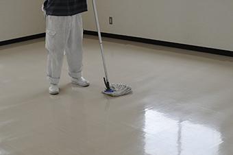 きれいなモップで床を拭き上げ