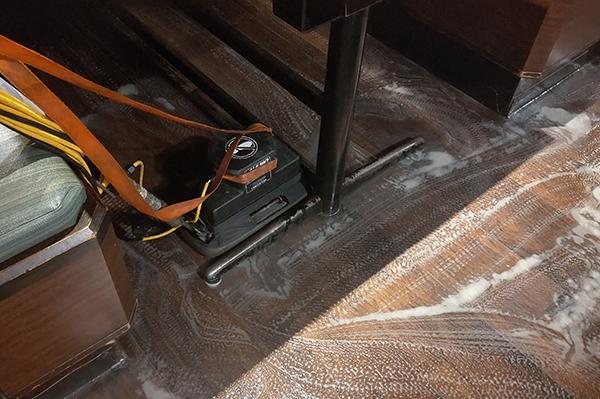 床清掃中。テーブルの下もしっかり洗浄中