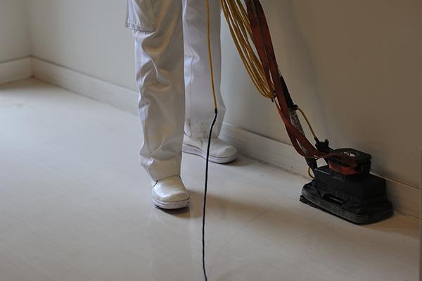 小型振動型ポリッシャーにて床清掃中